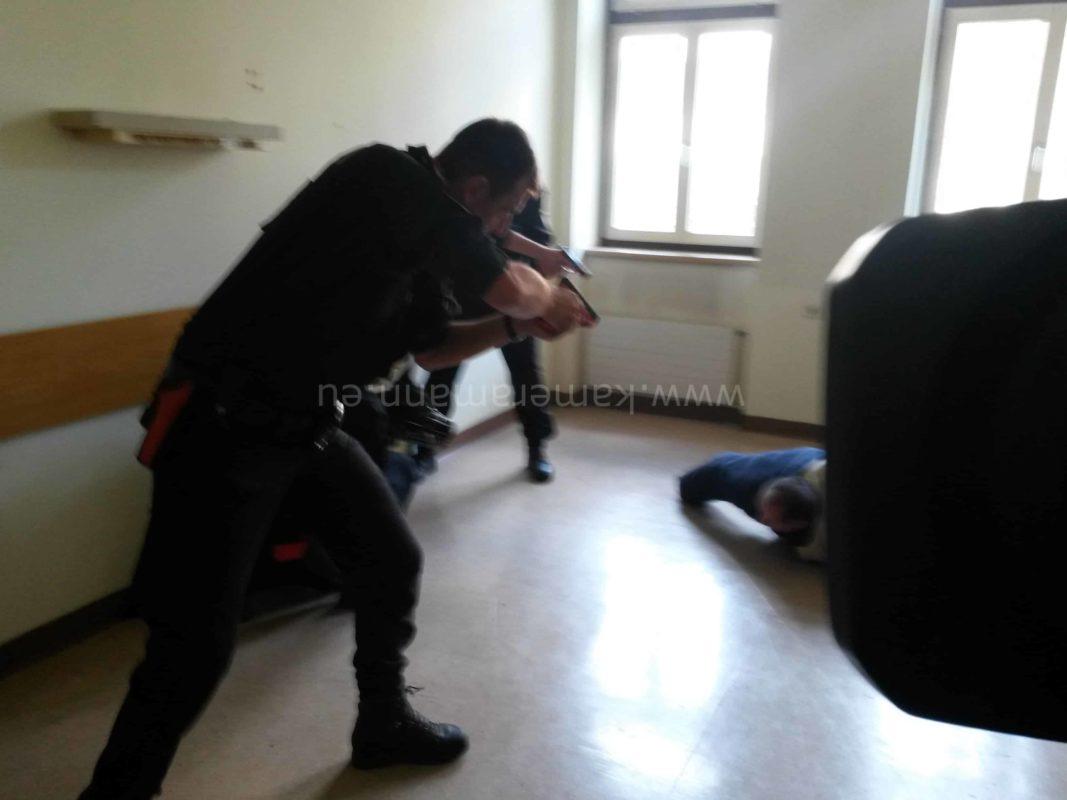 wpid polizei11 e1442522111721 1067x800 - Polizeieinsatz vor laufender Kamera