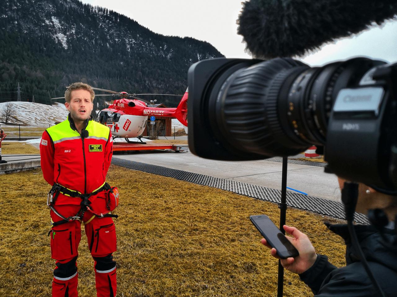 andreas felder kameramann dreharbeiten ara flugrettung reutte rk2 05 0220 - ServusTv - Notarzthubschrauber